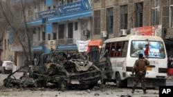 Petugas keamanan Afghanistan memeriksa lokasi serangan bom di Kabul, Afghanistan, Sabtu, 26 Desember 2020. (Foto: AP / Rahmat Gul)