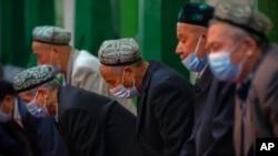រូបឯកសារ៖ ជនជាតិភាគតិចអ៊ុយហ្គ័រ និងសមាជិកដទៃទៀតក្នុងអំឡុងពេលបួងសួងនៅវិហារ Id Kah ក្នុងតំបន់ Kashgar ត្រូវបានមើលឃើញ ក្នុងដំណើរទស្សនកិច្ចមួយរៀបចំដោយរដ្ឋាភិបាលសម្រាប់អ្នកកាសែតបរទេសនៅថ្ងៃទី១៩ ខែមេសា ឆ្នាំ២០២១។