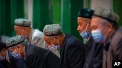 Aba Uyghurs hamwe n'ayandi moko bariko barasengaku musigiti w'i Kashgar mu burengero bwa Xinjiang.