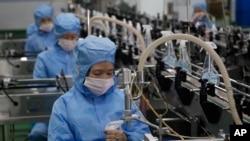 Pekerja Pabrik Sabun Ryongaksan membuat disinfektan di Pyongyang, Korea Utara, Kamis, 19 Maret 2020. (Foto: AP)