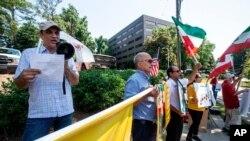 تجمع اعتراضی در برابر یکی از مراکز رایگیری انتخابات ریاست جمهوری ایران در سندی اسپرینگز، ایالت جورجیا (جمعه ۲۸ خرداد)
