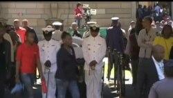 2013-12-12 美國之音視頻新聞: 悼念者瞻仰曼德拉遺容