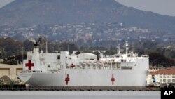 停靠在加州圣迭戈海军基地的美国海军仁慈号医院船.(2020年3月18日)