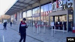 Coronavirus has shut down Europe's cultural institutions like this Paris cinema, but audiences are finding a raft of offerings online. (Lisa Bryant/VOA)