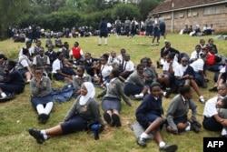نیروبی میں کرونا وائرس کے پھیلاؤ کے باعث بچوں کو کھلے آسمان تلے تعلیم دی جا رہی ہے۔ 17 مارچ 2021