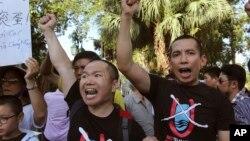 """Người dân Việt Nam phản đối Trung Quốc với các khẩu hiệu chống """"đường lưỡi bò chín đoạn"""" tại Hà Nội ngày 19/6/2014, sau khi Bắc Kinh đưa dàn khoan vào vùng đặc quyền kinh tế của Việt Nam. Toà trọng tài quốc tế ngày 12/7/2016 ra phán quyết bác bỏ đường '9 đoạn' của Trung Quốc."""