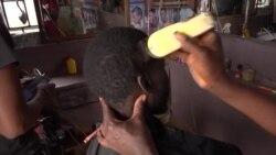 Un commerçant au grand coeur habille et coiffe les malades mentaux à Dakar