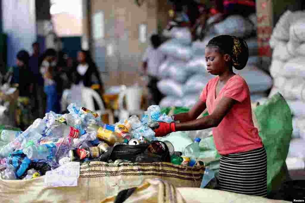 Une employée trie les déchets afin de les recycler dans le centre de recyclage à Ebutte Meta, dans le district de Lagos, Nigeria, l e 28 juillet 2016.