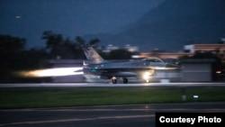 台灣國軍聯翔操演中緊急起飛的F16戰機。 (台灣國防部提供)