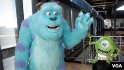 La mayoridad de los personajes en la películas de Pixar tienen las voces de famosos actores como Billy Crystal, Tom Hanks, y John Goodman.