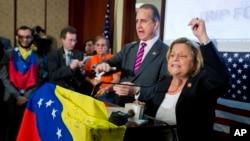 Los representantes Ileana Ros-Lehtinen y Mario Díaz-Balart celebran junto a los venezolanos en el Capitolio.
