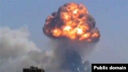 Serangan roket pemberontak memicu ledakan sebuah depot senjata di kota Homs, Suriah hari Kamis (1/8).