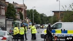 Polisi berjaga-jaga di lokasi penembakan di Manchester, Minggu, 12 Agustus 2018. Sepuluh orang dilarikan ke rumah sakit.