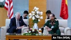 Thứ trưởng Ngoại giao Hoa Kỳ phụ trách các vấn đề Chính trị Thomas A. Shannon Jr. và Thượng tướng Nguyễn Phương Nam, Phó tổng Tham mưu trưởng Quân đội Nhân dân Việt Nam, tại Đà Nẵng hôm 9/11/2017.
