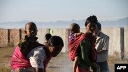 ရခိုင္ျပည္နယ္အတြင္း ျဖစ္ပြားေနေသာစစ္ပဲြမ်ားေၾကာင့္ ထြက္ေျပးတိမ္းေရွာင္ခဲ့ရတဲ့ မိသားစု တစုကို ေတြ႔ရ။ (ဇန္န၀ါရီ ၂၅၊ ၂၀၁၉)