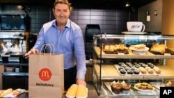 McDonald's CEO Steve Easterbrook menyiapkan paket pesan antar dalam acara McDelivery Night In di Chicago, 19 September 2019. (Foto: AP)