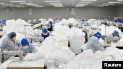 中国安徽省巢湖一家工厂的工人为抗击新冠病毒疫情在赶制防护服。(2020年1月28日)