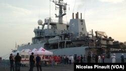 "Le navire de guerre britannique ""Enterprise"" a secouru plus de 650 migrants en mer Mediterranée. (Nicolas Pinault/VOA)"