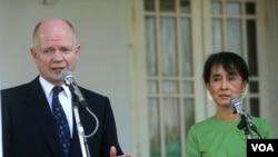 Menteri Luar Negeri Inggris, William Hague (kiri) melakukan jumpa pers bersama Aung San Suu Kyi di kediaman Suu Kyi di Rangoon (6/1).