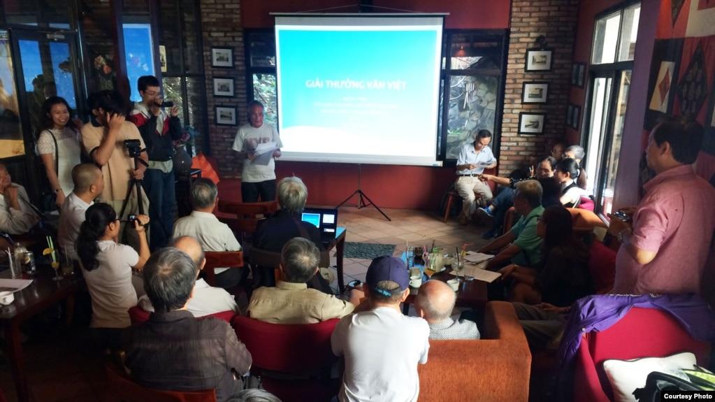 Nhà thơ Lý Đợi thay mặt nhà văn Ngô Thế Vinh đọc diễn từ tại buổi lễ trao giải Văn Việt 2017 tại Sài Gòn, ngày 3/3/2017. (Ảnh do nhà văn Ngô Thế Vinh cung cấp)