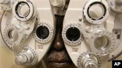 "Melalui prakarsa baru yang digagas LSM ""Sightsavers"" dan Komisi Eropa, warga tuna netra atau yang penglihatannya berkurang di Sierra Leone memperoleh harapan baru (foto: dok)."