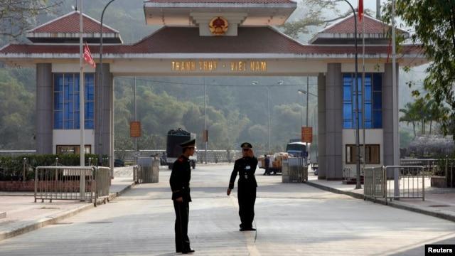 Cảnh sát biên phòng Trung Quốc ngăn các phóng viên chụp hình tại cửa khẩu Thiên Bảo ở tỉnh Vân Nam, đối diện với cửa khẩu Thanh Thủy của Việt Nam.