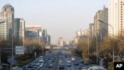 北京街道上川流不息的机动车辆