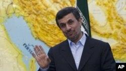 Tổng thống Iran Mahmoud Ahmadinejad nói đùa với các nhà báo tại Tehran, 4/3/2012