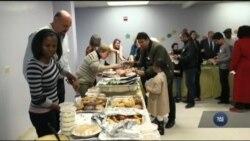 Для біженців місцеві активісти зі штату Вірджинія влаштували теплий прийом та святкову вечерю до Дня подяки. Відео