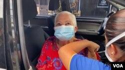Una anciana es inoculada contra COVID-19 en medio de la pandemia del nuevo coronavirus, en Costa Rica. [Foto Archivo ].