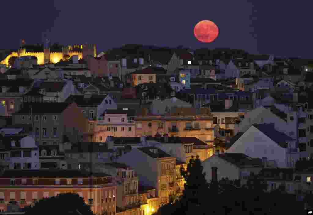 نمایی از ماه کامل بر فراز آسمان کشور پرتغال