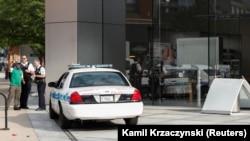 La police de Chicago enquête sur la zone située devant un magasin Apple qui a été pillé à Chicago, dans l'Illinois, aux États-Unis, le 10 août 2020. REUTERS/Kamil Krzaczynski