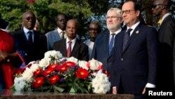 Le présdient français François Hollande (à droite), le vice-ministre des Anciens combattants et de la Défense Jean-Marc Todeschini (2e à droite) rendent hommage à Léopold Sédar Senghor, ancien président du Sénégal, au cimetière Bel Air, près de Dakar, 29