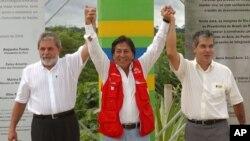El expresidente de Perú, Alejandro Toledo, y el expresidente de Brasil, Luiz Inácio Lula da Silva, inauguración puente sobre el río Acre, punto de partida de la carretera interoceánica que une la costa peruana con Brasil.