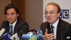 Antonio Milososki (kanan), Ketua Pemantau Pemilu OSCE memberikan konferensi pers di Minsk, Belarus (24/9). OSCE mengecam pelaksanaan pemilu parlemen di sana.