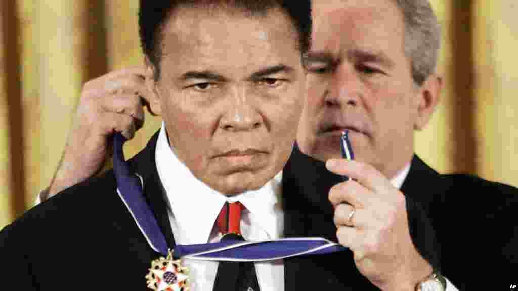 Le président George W Bush remet la médaille présidentielle de la Liberté, boxeur Mohamed Ali dans la Maison Blanche.le 9 novembre 2005.