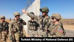 Türkiyə və ABŞ hərbi qüvvələrinin əsgərləri Suriyanın şimalında birgə patrul əməliyyatı zamanı, 8 sentyabr, 2019.