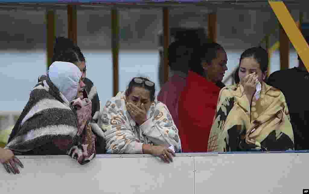 خانواده ناپدیدشدگان قایقی در کلمبیا. ۱۷۰ نفر سرنشین قایق بودند که ۲۹ نفر مفقود و ۸ نفر کشته شدند.