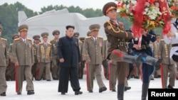 김정은 북한 국방위원회 제1위원장(가운데)이 정전협정 체결 62주년인 27일 '조국해방전쟁 참전열사묘'를 참배했다고 북한 조선중앙통신이 28일 보도했다.