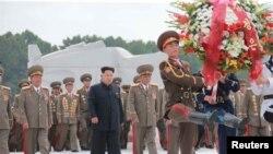 김정은 북한 국방위원회 제1위원장이 정전협정 체결 62주년인 27일 '조국해방전쟁 참전열사묘'를 참배하고 있다. (자료사진)