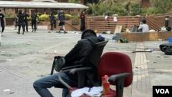 有留守理大的抗爭者經過兩日激烈攻防戰,在校園內倦極而睡。(攝影: 美國之音湯惠芸)