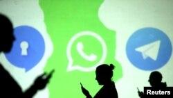 Abantu barimo gukurikira amakuru kuri WhatsApp