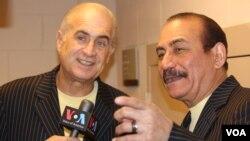 Jerry Rivas, izquierda, y Charlie Aponte conversan con la Voz de América.