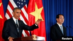 Tổng thống Hoa Kỳ tham dự cuộc họp báo chung với Chủ tịch nước Việt Nam Trần Đại Quang ở Hà Nội, 23/5/2016.