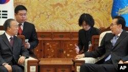 한국을 방문해 이명박 대통령과 회담을 나누는 다이빙궈(좌) 중국 외교담당 국무위원