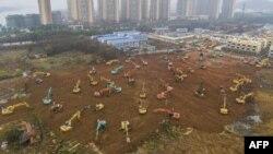 រូបថតពីលើអាកាសបង្ហាញគ្រឿងចក្រកំពុងសាងសង់អាគារសម្រាប់ព្យាបាលអ្នកជំងឺដែលមានមេរោគកូ៉រូណា នៅក្រុង Wuhan ប្រទេសចិន កាលពីថ្ងៃទី២៤ មករា ២០២០។