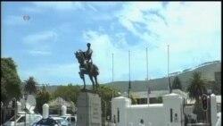南非人在该国议会门外悼念曼德拉