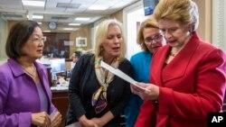 Слева направо: сенаторы Мэйзи Хироно, Кирстен Гиллибрэнд, Хайди Хейткамп и Дэбби Стэйбнау обсуждают законопроект по финансированию мер противодействия Зике. Вашингтон. 29 июня 2016 г.