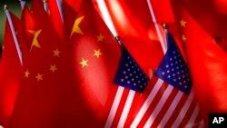 Quốc kỳ Trung Quốc và Mỹ.