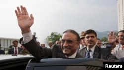 Pakistan's outgoing President Asif Ali Zardari waves as he leaves after a farewell ceremony at the President House in Islamabad September 8, 2013. Zardari stepped down on Sunday at the end of his five-year term. REUTERS/Mian Khursheed (PAKISTAN - Tags: PO